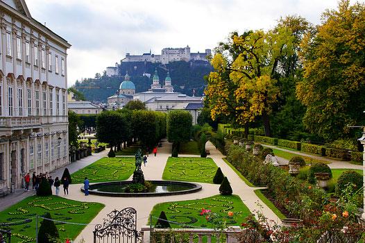 Salzburg, Schloß Mirabell und Mirabellgarten mit Blick auf die Altstadt und die Festung Hohensalzburg