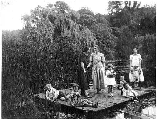Die Kinder Ludewig mit Besuch und Hausmädchen auf dem Floß im Botanischen Garten - Aufnahme 1925