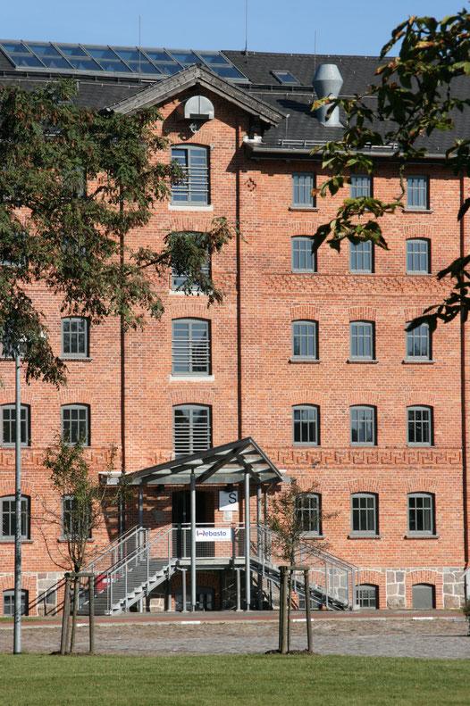 Der 1860 fertig gestellte Speicher der Familie Tiedt an der Demminer Straße kann als Keimzelle der Neubrandenburger Industrie angesehen werden. Er gehört heute zu Webasto.