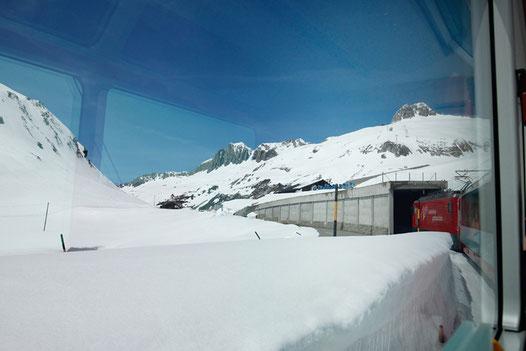 Schneewände am Oberalp-Pass