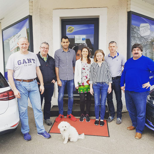Von links nach rechts: Fahrlehrer Hans-Peter Wiegert mit Team: Uwe Groß, Dominik Zahiri, Kamala Kiby, Petra Uhrich, Jürgen Oelke, Uwe Röckl, Fahrschulhund Teddy