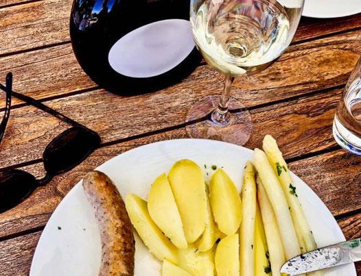 Silvaner passt zum jedem Spargel Rezept.  Hier mit Bratwurst und Kartoffel. Am Besten aus Franken.