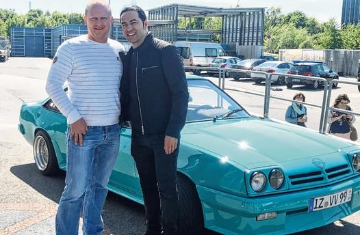 Oltimer-Fan Alexander Czerwenka (links) ließ Comedian Bülent Ceylan für den ZDF-Dreh in seinen Wagen.