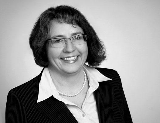 Bild: Andrea Wiedel Kommunikationstrainerin und EmpathieCoach, Frau lächelt im Anzug