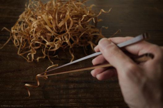 煤竹箸には一膳ずつ拭き漆を施して仕上げます