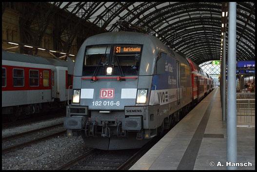 182 016-6 trägt nicht das DB-rot, sondern ist als Werbelok unterwegs. Am 20. Juli 2015 steht sie in Dresden Hbf.