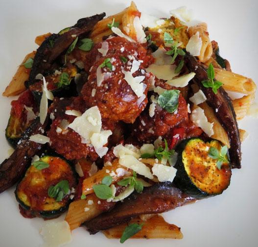 Ricotta gehaktballetjes in tomatensaus met pasta en gegrilde groenten.