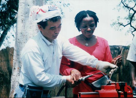 ジンバブエ国に石彫刻交流で派遣される