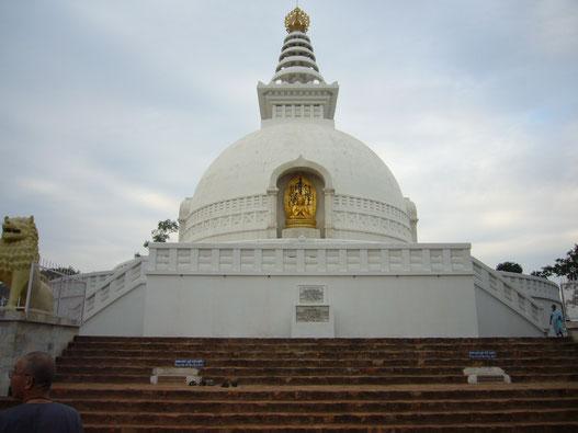 多宝山にある日本山妙法寺の仏舎利塔