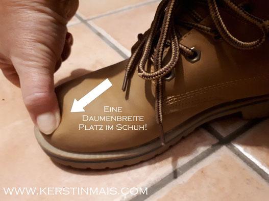 Mit dem Daumen auf dem vorderen Teil des Schuhes testen, wie viel Platz noch bleibt