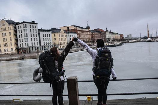 Juste avant le départ vers le pôle Nord, photo prise à Helsinki où la température était encore clémente. Sac de 70L pour moi et sac de 50L pour ma meilleure amie à droite