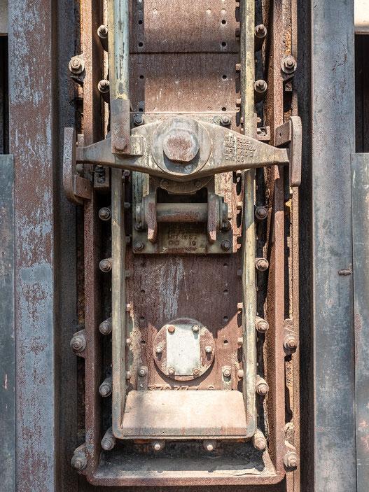 Der Verschluss eines Koksofens. Sie wurden mit einer Plakette versehen auf der das Datum der Stillegung des Ofens vermerkt ist