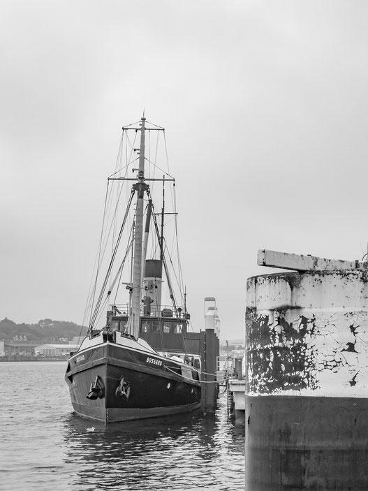 """Der Dampftonnenleger """"Bussard"""" war von 1906 bis 1979 in der Kieler Förde eingesetzt. Jetzt liegt er im Museumshafen in Kiel von wo er regelmäßig zu Gästefahrten ausläuft."""