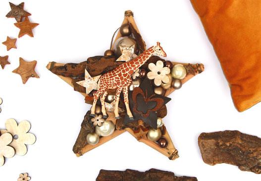 Stern im Afrika - Stil mit Schleich Giraffe, Rinde und Glaskugeln in unterschiedlichen Brauntönen.