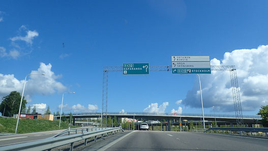 Blick auf die Sundsvallbrücke mit Straßenschildern, Sundsvallbron
