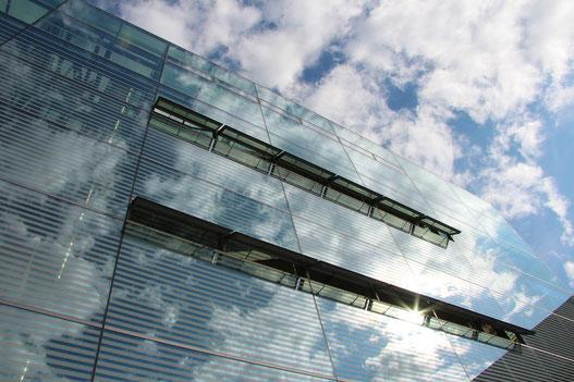Lüftung von Gebäuden ist wichtig. Am besten sind Stoß- oder Querlüftung.