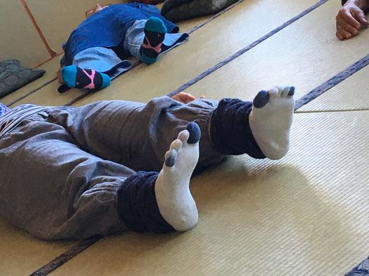 ワーク風景。行うのは「自分を感じること」だけ。座っている自分、寝ている自分、歩く自分は何を体験しているか。感覚のささやきに耳を澄ませ、いまの自分に気づいていく。