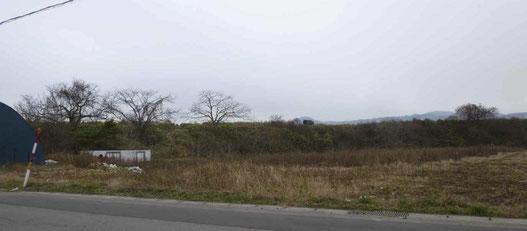 サイベ沢遺跡がのった台地を北東からながめたところ