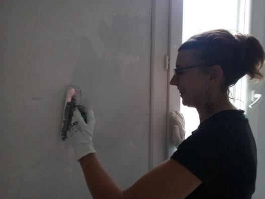 Application de l'enduit à la chaux par Natacha SALLES, artisan peintre et décoratrice d'intérieur.