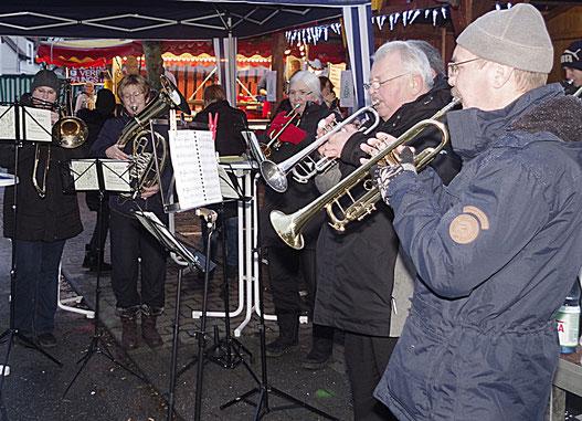 Der Pfungstädter Posaunenchor sorgte am Weihnachtsmarkt wieder für die musikalische Umrahmung.