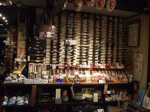 さまざまな箸が店内に所狭しとおかれています。