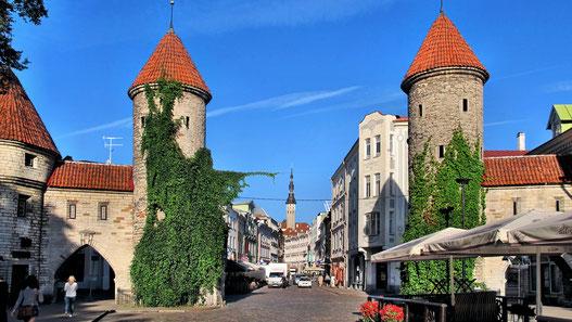 Die Stadtmauer und zwei mächtige Wehrtürme an der Viru-Strasse in Tallin.