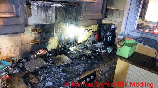 Feuerwehr; Blaulicht; FF Brunn am Gebirge; Brand; Küche;