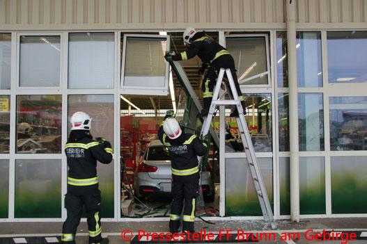 Feuerwehr; Blaulicht; FF Brunn am Gebirge; PKW; Tierhandlung;