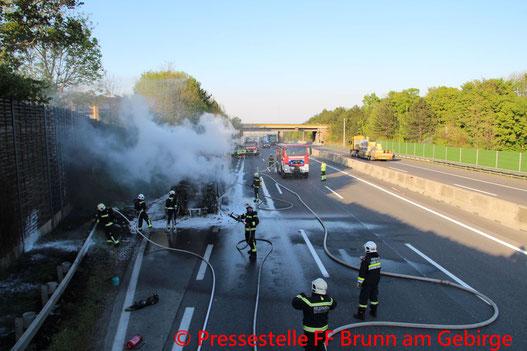 Feuerwehr; Blaulicht; FF Brunn am Gebirge; LKW; Zugmaschine; Brand; A21;