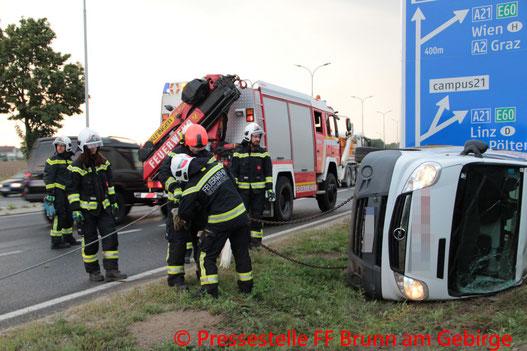 Feuerwehr; Blaulicht; FF Brunn am Gebirge; Unfall; Kastenwagen; Frühverkehr; B12a;
