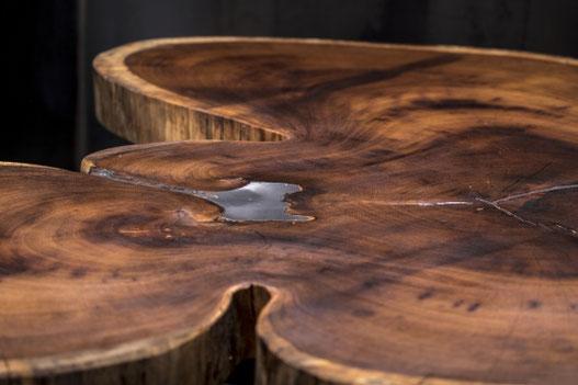 Detailaufnahme eines einzigartigen Holztisches