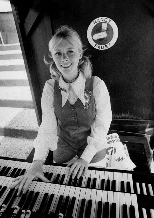 Nancy Faust, organista dei White Sox, al Comisky Park il 5 giugno, 1971. (Chicago Tribune)