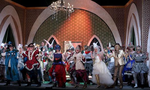"""Operette 2020 """"Eine Nacht in Venedig"""" im Theater Arth. Der Chor beim Karneval."""