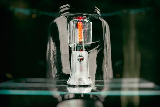 moulin à café: lampe upcycling fabriqué avec un moulin a café brisé