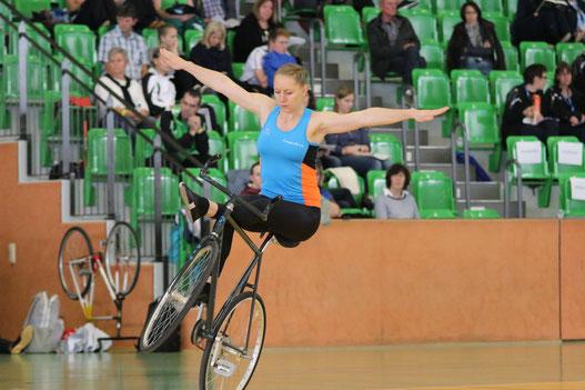 Milena fährt Damensitzsteiger freihändig rückwärts    (Foto Frieder Blum)