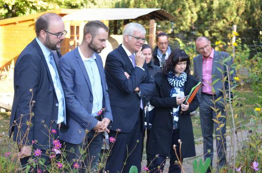 Blick in den Schulgarten. V.l.n.r.: Kultusminister Piwarz, MdL Schreiber, Bildungsbürgermeister Hartmut Vorjohann