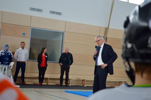 Bildungsbürgermeister Hartmut Vorjohann (CDU) hält seine Ansprache