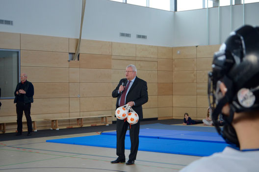 Kultus-Staatssekretär Herbert Wolff verschenkt Fußbälle an die Schüler der 10. Grundschule