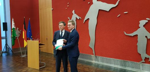 Landtagspräsident Dr. Matthias Rößler und Oliver Wehner MdL bei der Veröffentlichung des Enquete-Berichts