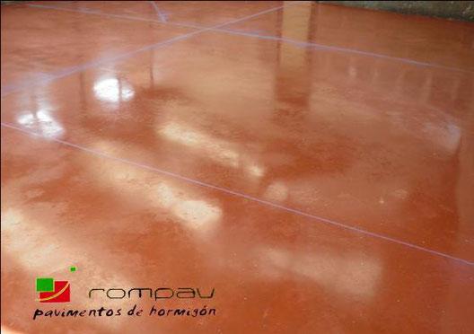 Hormigon pulido Madrid, hormigon pulido color rojo en garaje comunitario