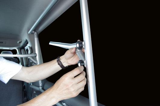 NV350キャラバンのカスタム室内キャリア収納アイテムです。 片面ラックです。
