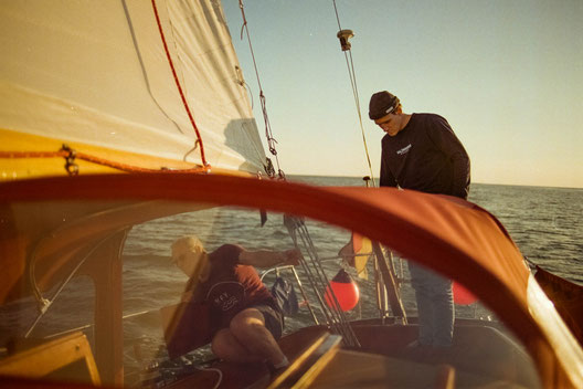 Der SALZWASSER Gründer Jan Majora segelt auf der Nordsee vor der Insel Norderney.