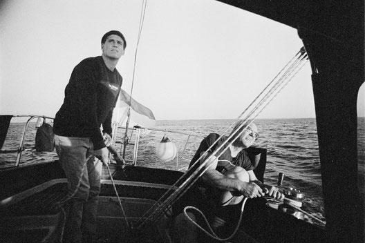 Der SALZWASSER Gründer Jan Majora segelt auf der Nordsee vor Norderney.