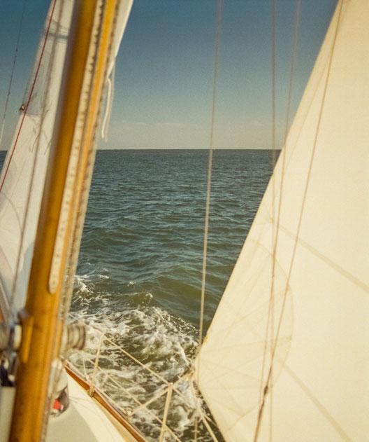 SALZWASSER segelt in der Nordsee vor der Insel Norderney.