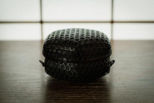 『竹組亀甲酒籠』(2018)盃、酒器を収める蓋物の籠(Fujifilm X-T20)