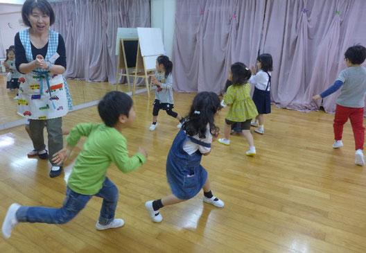 幼児教室の幼稚園児クラスで、生徒が伸び伸びとリトミックをしています。