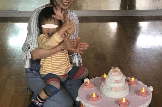 幼児教室では誕生日を迎えた生徒を、ハンドメイドのデコレーションケーキとプレゼントでお祝いしています。