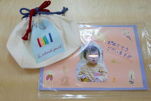 幼児教室で生徒の誕生日をお祝いするときに、ハンドメイドのバッグとメッセージを添えたカードをプレゼントしています。。