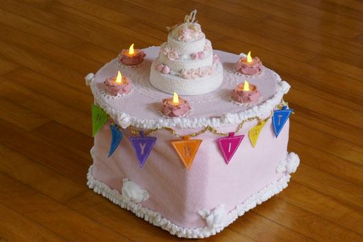 幼児教室で生徒の誕生日をお祝いするときに、ハンドメイドの布でできたデコレーションケーキを使ってお祝いします。
