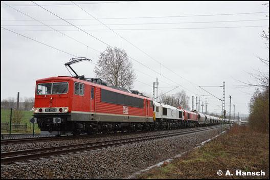 Wieder mit dem Leerzement, aber inzwischen mit modernem Stromabnehmer und Loknummer an der Front, begegnet mir 155 059-9 am 16. März 2019 in Chemnitz-Furth. Dahinter laufen 077 015-1 und 077 012-8 mit